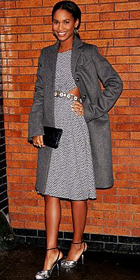 Joy Bryant, zarif elbisesinin üzerine gayet salaş bir palto giyerek, moda mitlerini yerle bigr etmiş.